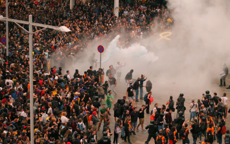 Protesters clash with Spanish policemen outside El Prat airport in Barcelona on 14 October 2019 as thousands of angry protesters took to the streets after Spain's Supreme Court sentenced nine Catalan separatist leaders to between nine and 13 years in jail for sedition over the failed 2017 independence bid. Picture: AFP