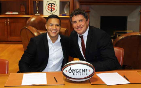 South Africa winger Cheslin Kolbe, seen with Didier Lacroix, the president of French rugby giants Toulouse, will be Stadiste until the end of the 2022-2023 season. Picture: @StadeToulousain/Twitter.
