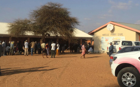 Hundreds of people still hadn't voted when stations closed at 7 pm on Wednesday but those already in queues were allowed to cast their votes. Picture: Nthakoana Ngatane/EWN.