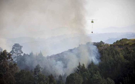 Fire crews battle flare ups in the Knysna mountains using both helicopters and ground teams. Picture: Thomas Holder/EWN