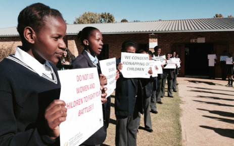 FILE: Pupils from Moletsane High hold up placards calling for the release of abducted Nigerian school girls on 14 May 2014. Picture: EWN.