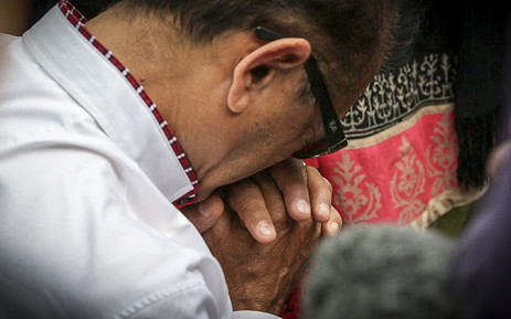 FILE. Anni Dewani Hindocha's father Vinod Hindocha kneels to pray at the shrine Anni's family created where her body was found in Lingelethu West, Khayelitsha. Picture: Thomas Holder/EWN