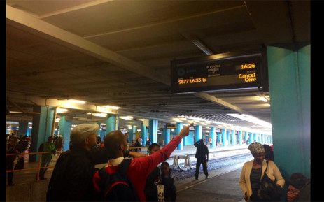 FILE: Hundreds of Metrorail commuters are waiting on platforms at Cape Town station hoping trains will arrive. Picture: EWN
