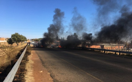 The R557 in Ennerdale main entrance has been blocked by protesting residents. Picture: Edwin Ntshidi/EWN