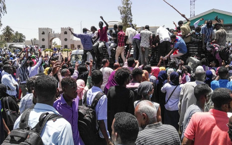 FILE: Sudanese protesters rally in front of the military headquarters in the capital Khartoum on 8 April 2019.  Picture: AFP.