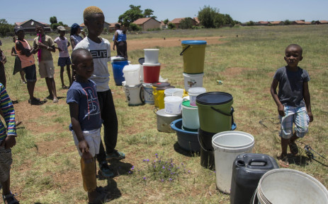 FILE: Emfuleni residents queue for water on 8 January 2018 amid water cuts in the municipality, which failed to honour its payment arrangement with Rand Water. Picture: Ihsaan Haffejee/EWN