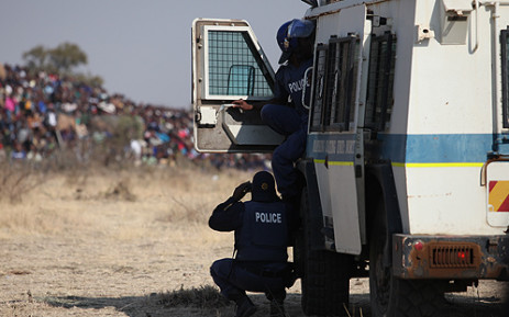Police officers monitor Lonmin protesters. Picture: Taurai Maduna/EWN.