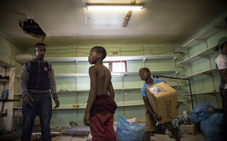 FILE: Locals help Somali foreign nationals empty their spaza shop in Dumani Road in Dunoon after a night of protests and looting. Picture: Thomas Holder/EWN.