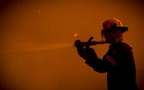 A Cape Town firefighter battles the blaze. Picture: Thomas Holder/EWN.