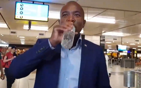 Mmusi Maimane does the Woolies Water Challenge. Picture: @MmusiMaimane/Twitter.