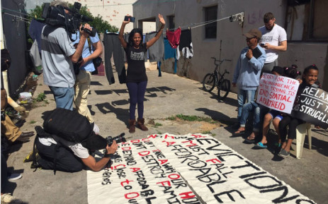 Residents in Woodstock in Cape Town prepared banners ahead of a march against their eviction. Picture: Monique Mortlock/EWN.