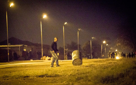 FILE: A group of protesters starts barricading a road in Mamelodi. Picture: Thomas Holder/EWN
