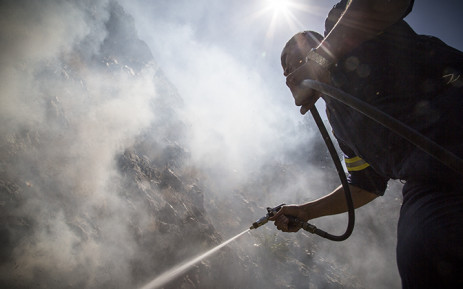 FILE: A firefighter puts out a veld fire in Cape Town.  Picture: Thomas Holder/EWN