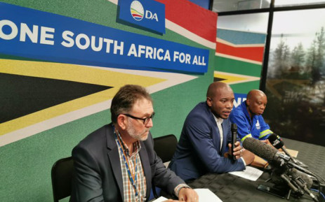 (L-R) DA federal executive chairperson James Selfe, party leader Mmusi Maimane, and Johannesburg Mayor Herman Mashaba at a press briefing in Joburg on 17 August 2017. Picture: @Our_DA/Twitter.
