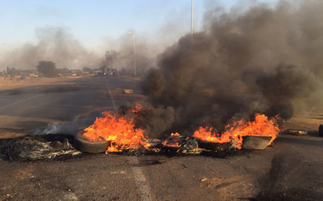 FILE: Residents barricaded the main road leading into the Hammanskraal township and motorists were threatened amid protest violence on 24 May 2016. Picture: EWN.