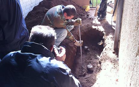 Forensic experts excavate Betty Ketani's grave. Picture: Alex Eliseev/EWN