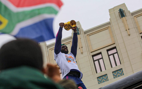 Springbok Captain Siya Kolisi lifts the Webb Ellis Cup for PE fans to see on Sunday, 10 November 2019. Picture: Kayleen Morgan/EWN