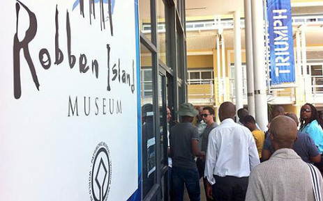 FILE: A long queue snakes its way to the ferry for Robben Island. Picture: EWN.