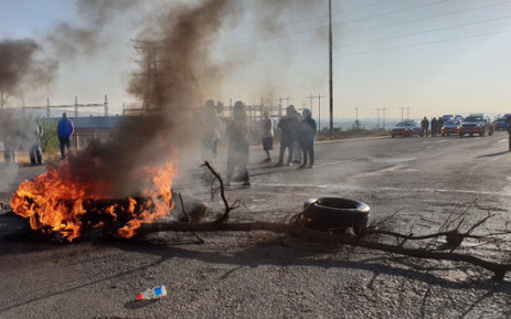 Ennerdale residents burn tyres and block roads in protest on 5 October 2018. Picture: EWN