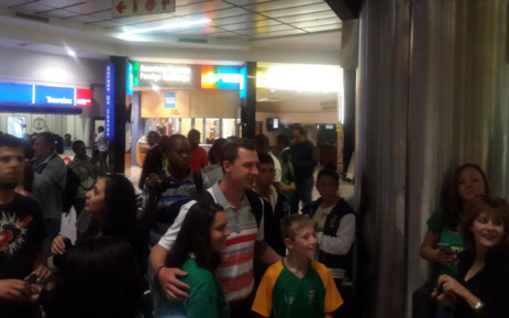 Fans were at OR Tambo International Airport to welcome back the Proteas following their Cricket World Cup exit. Picture: Morena Mothupi/EWN.