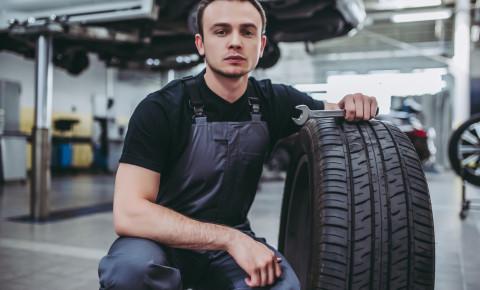 mechanic tyre Car repair maintenance 123rf