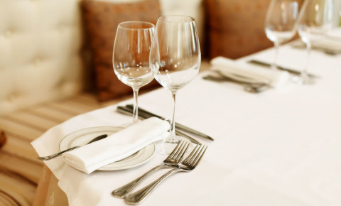 restaurant-interior-table-fine-dining-wine-glass-cutlery-booking-food-meal-123rf
