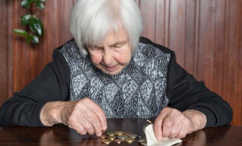 Poor elderly woman counting money retirement 123rfpersonalfinance 123rf