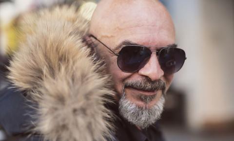 Attractive older bald man fox fur trenka 123rf