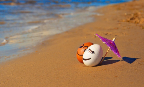 tourism-holiday-painted-eggs-on-the-beachjpg