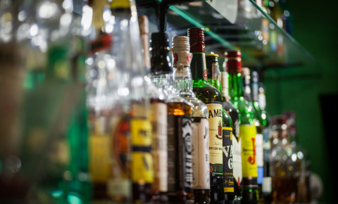 liquor-trader-outlet-alcohol-sales-booze-ban-spirits-bottle-bar-tavern-pub-123rf
