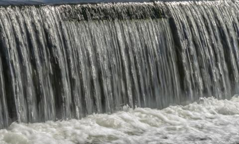 dam-levels-water-flows-spillway-123rf