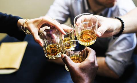 alcohol-liquor-booze-drinking-glasses-whiskey-clinging-celebrations-123rf