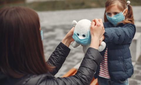 Covid-19-mask-virus-mother-daughter-child-family-transmission-coronavirus-123rf