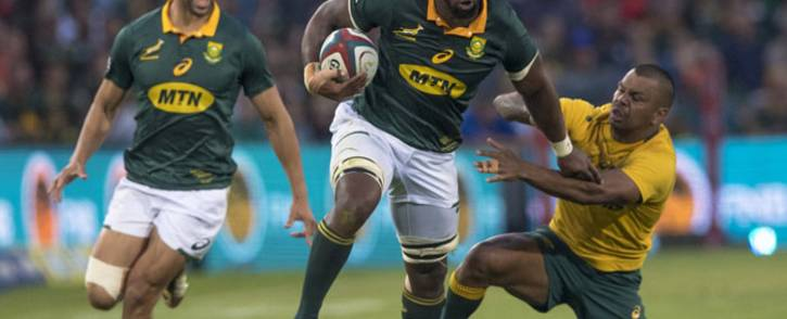 FILE: Siya Kolisi (centre) shakes off the tackle of Wallabies opponent Kurtley Beale. Picture: @Springboks/Twitter