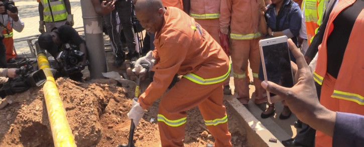 Joburg Mayor Herman Mashaba gets hands on during an infrastructure inspection. Picture: Kgothatso Mogale/EWN