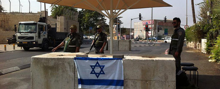 Israeli border policeman at entrance of Abu tor neighborhood in Jerusalem, occupied Palestine on 19 October 2015. Picture: @MickyRosenfeld/Twitter.