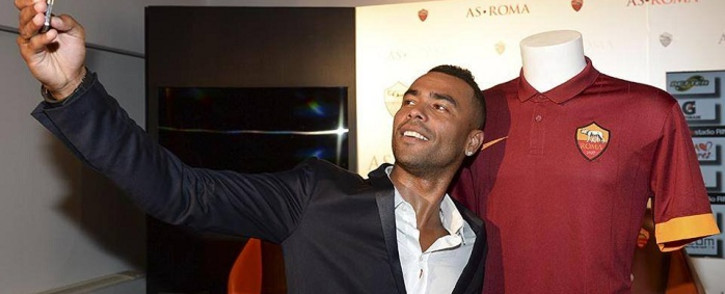 New AS Roma fullback Ashley Cole snaps a selfie with his team's kit. Picture: Official AS Roma Facebook Page.