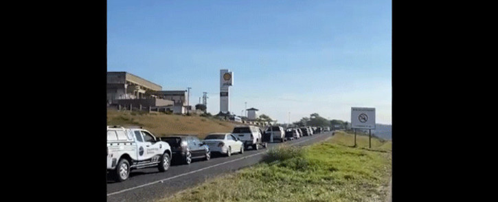 Scores of motorists are queuing at South Coast Ultra City (Umgababa) on 14 July 2021. This is one of the few fuel stations that are operational in eThekwini following looting sprees that have affected various businesses in KZN. Picture: Nkosikhona Duma/Eyewitness News.