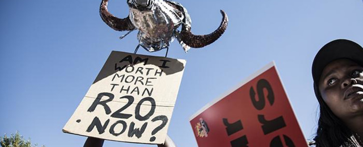 FILE: A South African Federation of Trade Unions member holds a placard describing the new national minimum wage as an insult to workers. Picture: Sethembiso Zulu/EWN.