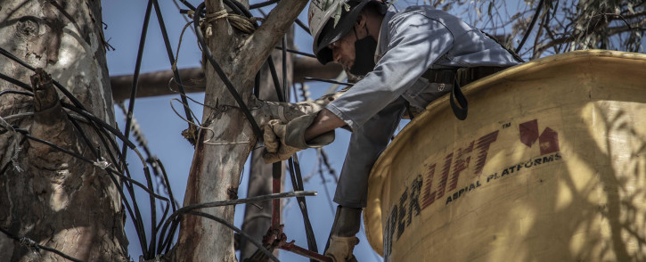 Eskom technicians remove illegal electricity connections in Diepsloot on 29 September 2020. Picture: Abigail Javier/EWN