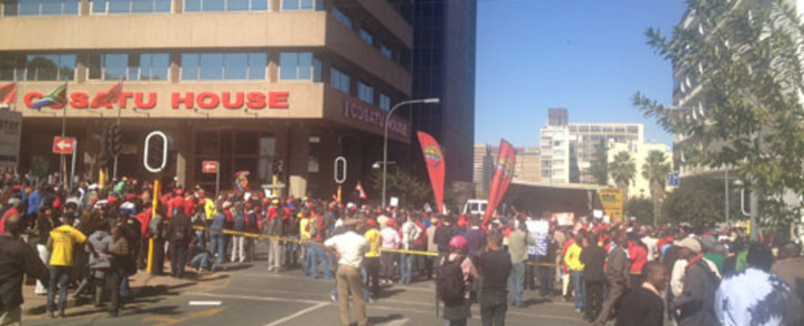 Cosatu protesters demonstrate against the DA march. Picture: Jacob Moshokoa/EWN