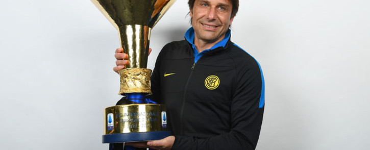 Antonio Conte with the Scudetto, the Serie A league trophy. Picture: @Inter_en/Twitter
