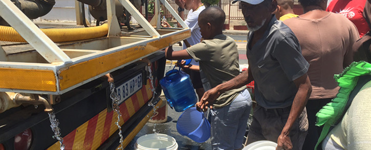 Coronationville residents collect water from a tanker. Picture: Vumani Mkhize/EWN.