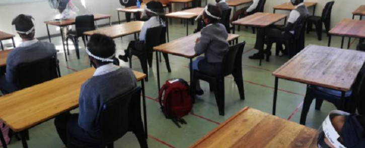 FILE: Grade 7 pupils at a Western Cape primary school on 1 June 2020 sit in class after schools reopened following a national coronavirus lockdown, which started on 27 March 2020. Picture: @WCEDnews/Twitter.
