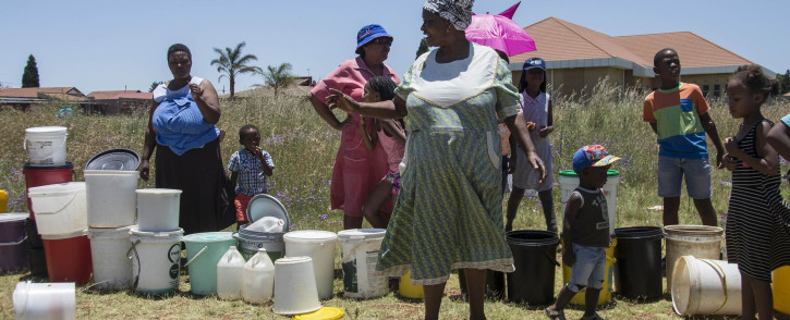 FILE: Emfuleni residents queue for water on 8 January 2018 amid water cuts in the municipality, which failed to honour its payment arrangement with Rand Water. Picture: EWN