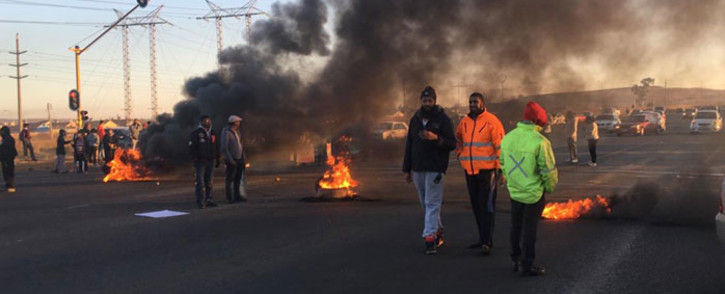 FILE: There was protest action affecting many routes through Lenasia South, Ennerdale and Zakariyya Park affecting many roads and this includes the Golden Highway on 19 July 2019. Picture: @EWNTraffic/Twitter