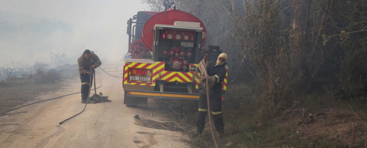 FILE: Firefighters roll-up equipment after fighting a wildfire in the Southern Cape. Picture: Bertram Malgas/EWN