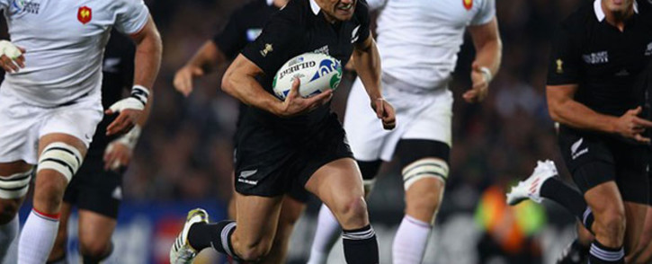 Dan Carter leaves the French defence trailing as he storms towards the line. Picture: Worldrugby.com