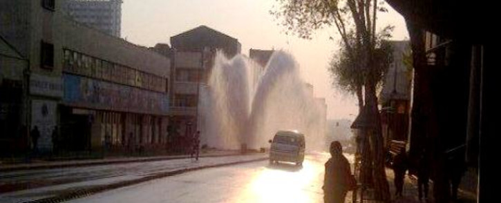 FILE: A burst water pipe in the Johannesburg CBD sent water shooting five metres into the air on Friday 13 September. Picture: @ashwinscheepers/Twitter.