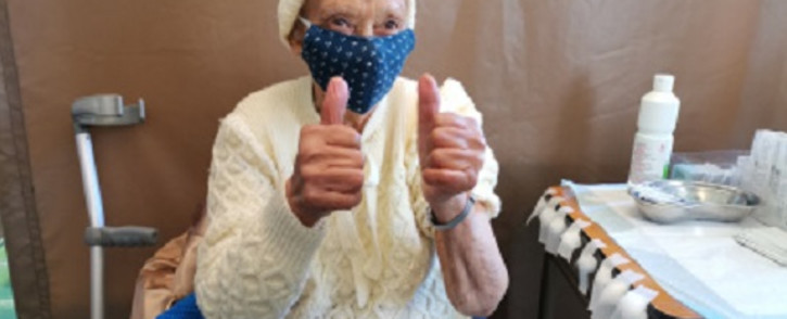 FILE: An elderly woman gives the thumbs up after being vaccinated. Picture: Western Cape Government